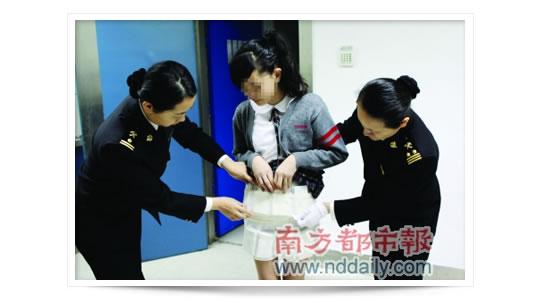 Colegiala china cogida con la falda llena de iPhones