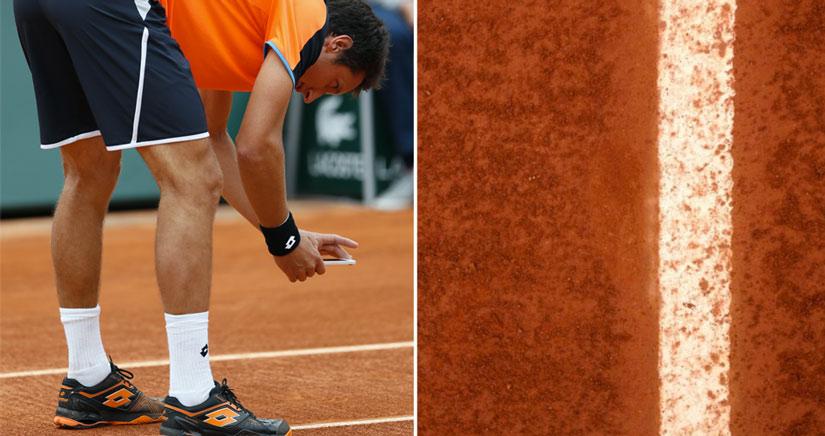 Un tenista monta un numerito con su iPhone durante un partido de Roland Garros.