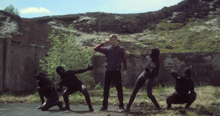 La manzana, los ladrones bailarines y la cabra, así es el nuevo anuncio del S4