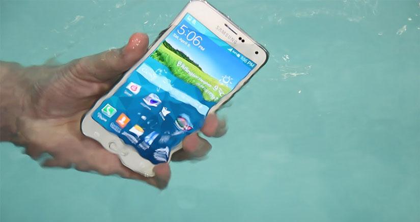 """Samsung vuelve a atacar al iPhone, mientras somete al Galaxy S5 al """"Ice Bucket Challenge"""" [Vídeo]"""