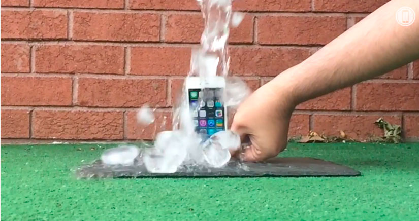 El iPhone 5S acepta el reto del cubo de hielo y lo supera….