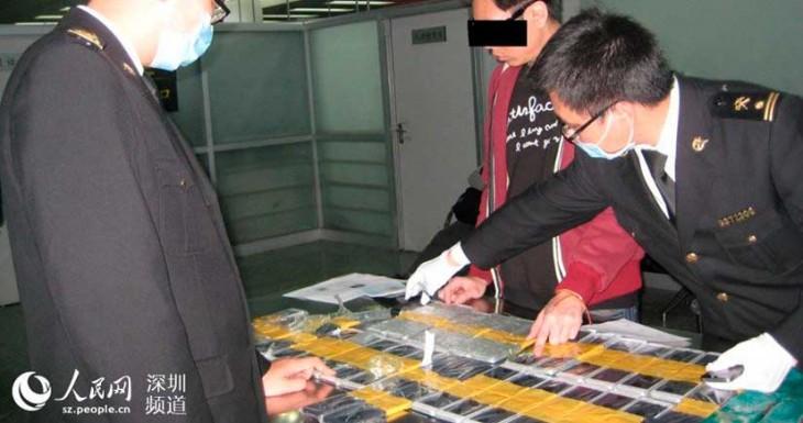 Pillan a un chino con 94 iPhone 6 de contrabando en su cuerpo [Fotos]