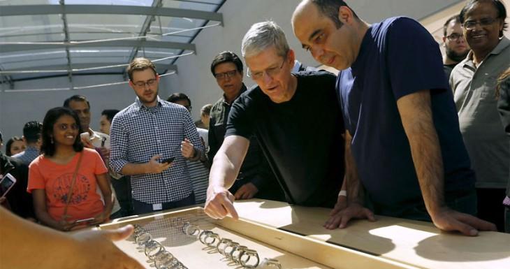Tim Cook visita la Apple Store de Palo Alto el día del lanzamiento del Apple Watch