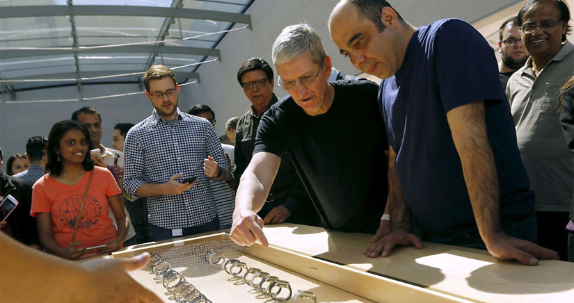 Tim Cook visita la Apple Store de Palo Alto el día del lanzamiento del Apple Watch