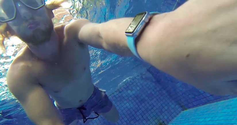 Esto es lo que pasa si te das un baño con el Apple Watch puesto [Vídeo]