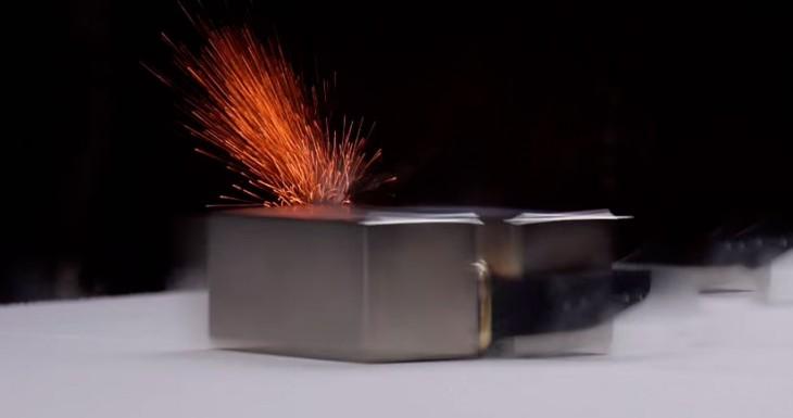 Mira cómo aplastan un Apple Watch de Oro, y casi no se lo cargan….