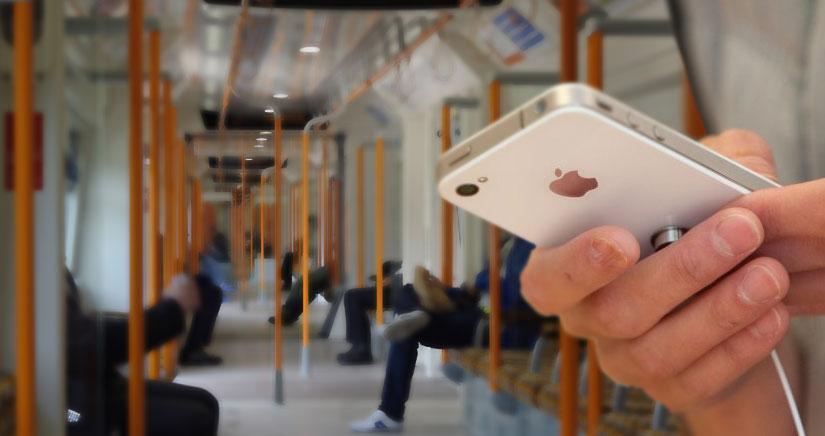 Detienen a un hombre por robar electricidad al cargar su iPhone en un tren