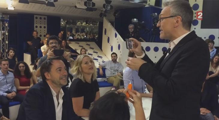 Talk show francés se graba parcialmente con iPhones tras un corte eléctrico