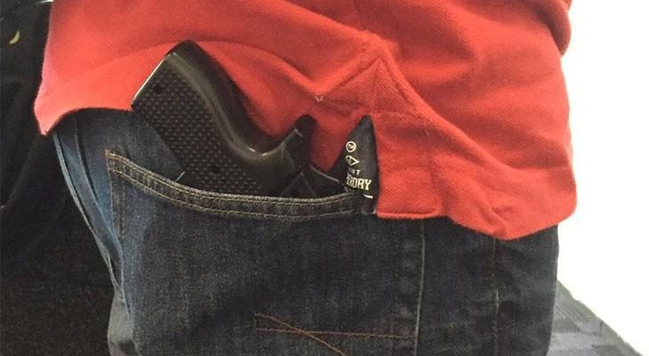 Detienen a un hombre en un aeropuerto por llevar una funda de iPhone en forma de pistola