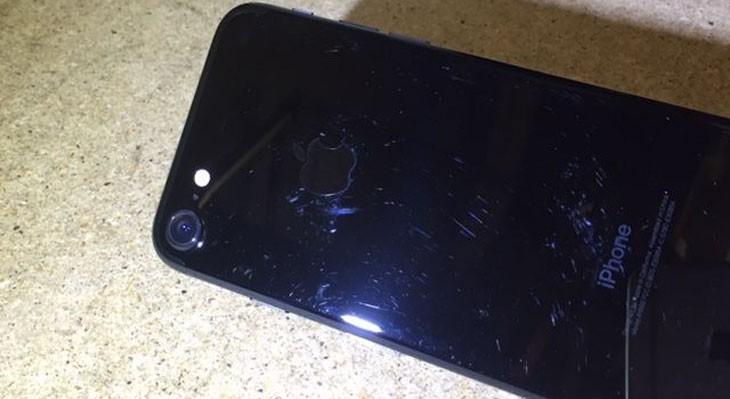 El iPhone 7 negro brillante se raya con solo mirarlo [Vídeo]