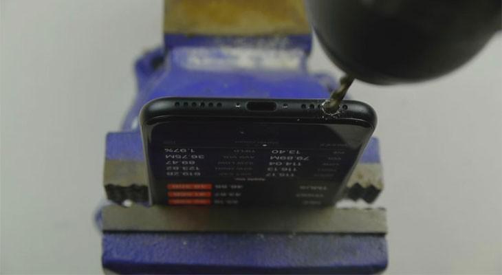 No, aunque taladres tu iPhone 7 no conseguirás un conector jack [Vídeo]