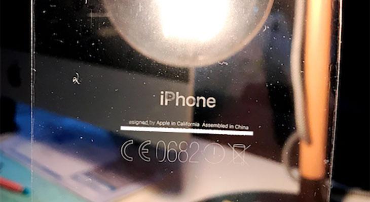 El iPhone 7 negro brillante no solo se raya, también pierde las inscripciones traseras
