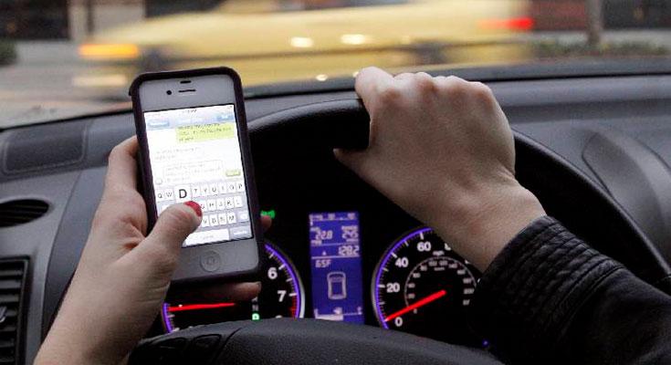 Demandan a Apple por no bloquear sus iPhones mientras se conduce