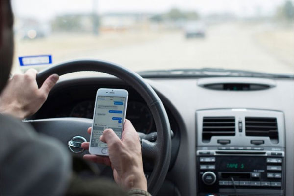 ¿Es responsable Apple de que la gente envíe mensajes mientras conduce?