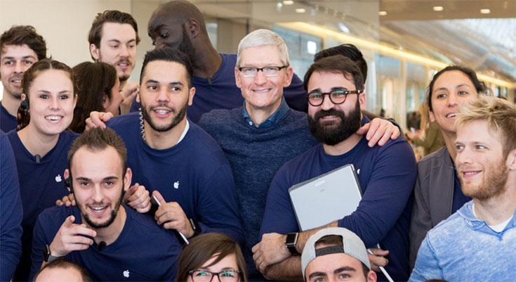 Tim Cook se presenta por sorpresa en dos Apple Stores francesas