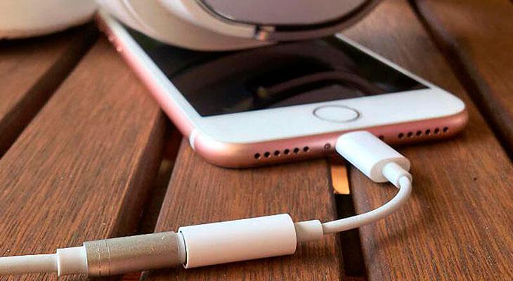 Apple seguirá incluyendo el adaptador para auriculares con los iPhones de este año