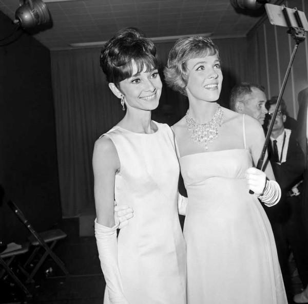Andrey Hepburn y Julie Andrews con iPhone 7 y Palo Selfie