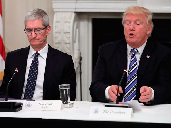 Tim_Cook-Donald_Trump