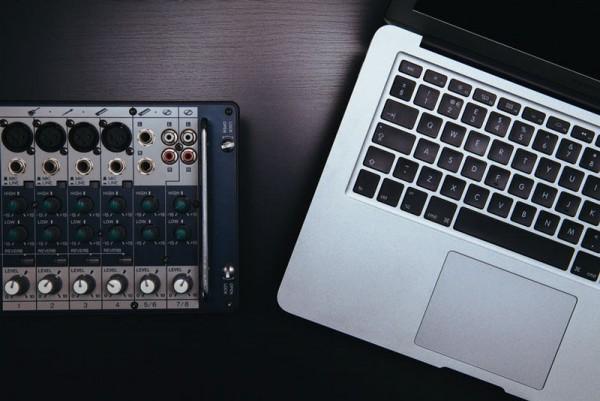 Mesa-de-mezclas-MacBook-Pro