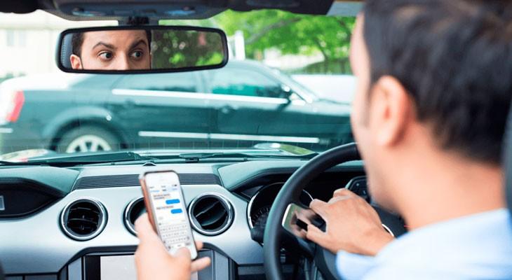 Apple no se responsabiliza de los accidentes de coche causados por conductores que se distraen con un iPhone